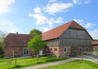 Attraktive, kleine Reitanlage  mit  grundsaniertem Wohnhaus, Stallungen   (11 Boxen), Scheune und neuer Reithalle