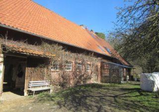 Resthof mit Wohnbereich, angrenzendem Stall,  separater Scheune mit schönem Offenstall, Weidefläche  sowie einem separaten, vermieteten kleinen Haus