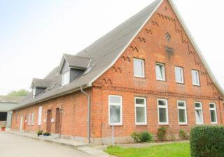 Resthof mit 5 Wohnungen, Ausbaureserve,  Pferdeboxen, Reithalle, Außenplatz, 4 ha Weide