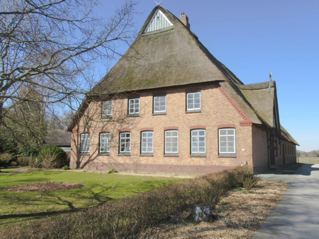 Top-gepflegter Reetdach-Resthof,   bestehend aus Wohn-/Wirtschaftsteil, Stallungen, Maschinenhalle, 6 ha Weidefläche und vermietetes Altenteilerhaus