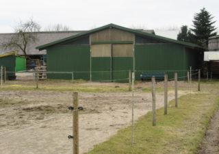 Kleiner Stall mit 7 Boxen (Offenstall auch möglich),  Reitplatz,  Paddockbereich und Weideland zu verpachten!